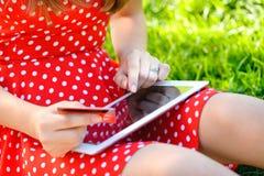 La donna sta comperando online con il pc della compressa fotografia stock libera da diritti
