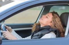 La donna sta conducendo la sua automobile Fotografia Stock Libera da Diritti