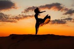 La donna sta correndo al tramonto Immagini Stock