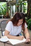 La donna sta disegnando immagine stock