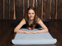 La donna sta facendo allungando gli esercizi Fotografia Stock Libera da Diritti