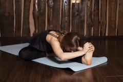 La donna sta facendo allungando gli esercizi di yoga Fotografia Stock Libera da Diritti