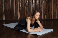 La donna sta facendo allungando gli esercizi di yoga Immagini Stock