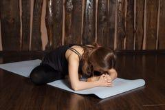 La donna sta facendo allungando gli esercizi di yoga Immagine Stock