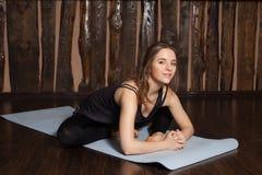 La donna sta facendo allungando gli esercizi di yoga Immagini Stock Libere da Diritti