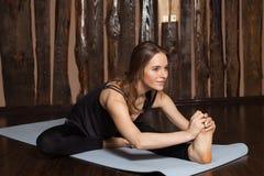 La donna sta facendo allungando gli esercizi di yoga Immagine Stock Libera da Diritti