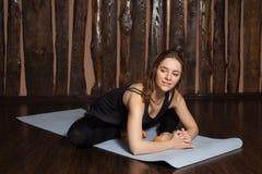La donna sta facendo allungando gli esercizi di yoga Fotografia Stock