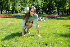 La donna sta facendo allungando gli esercizi per i piedi Immagini Stock Libere da Diritti