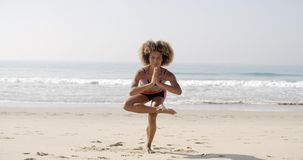 La donna sta facendo l'yoga sulla spiaggia video d archivio
