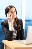 La donna sta facendo una chiamata. immagine stock