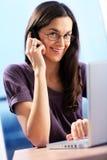 La donna sta facendo una chiamata. fotografie stock