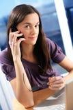 La donna sta facendo una chiamata. fotografia stock