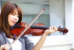 La donna sta giocando il violino Fotografia Stock