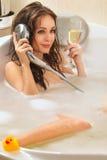 La donna sta godendo di un bagno immagini stock