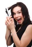 La donna sta gridando mentre per mezzo del raddrizzatore dei capelli Immagini Stock