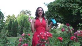 La donna sta innaffiando i fiori video d archivio