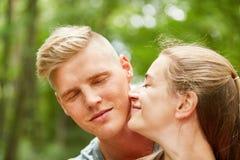 La donna sta innamorandosi con il suo partner fotografie stock libere da diritti