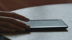 La donna sta leggendo il libro elettronico archivi video