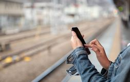La donna sta leggendo il messaggio di testo sul telefono cellulare fotografie stock libere da diritti