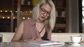 La donna sta leggendo un libro stock footage