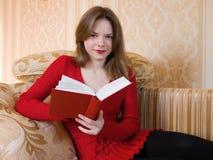 La donna sta leggendo un libro Fotografia Stock
