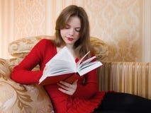 La donna sta leggendo un libro Fotografia Stock Libera da Diritti