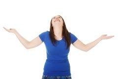 La donna sta levandosi in piedi con le mani aperte. Immagini Stock Libere da Diritti