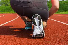La donna sta merlettando le sue scarpe su una pista corrente dello stadio Fotografia Stock Libera da Diritti
