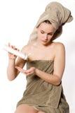 La donna sta ottenendo una certa crema sulla sua mano Fotografia Stock Libera da Diritti