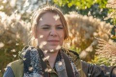 La donna sta in polline e fa i suoi chiudersi occhi fotografia stock