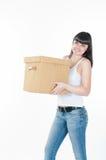 La donna sta portando la scatola Immagini Stock