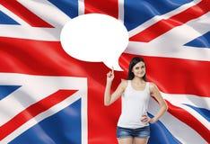 La donna sta precisando la bolla vuota di pensiero Bandiera della Gran Bretagna come fondo Fotografia Stock