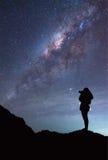 La donna sta prendendo la fotografia della galassia della Via Lattea Immagine Stock
