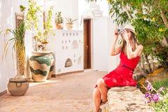 La donna sta prendendo le foto Fotografia Stock