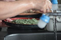 La donna sta preparando la tagliatella per cucinare immagini stock libere da diritti