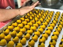 La donna sta producendo i biscotti farciti con l'ananas immagini stock