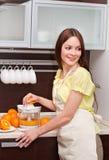 La donna sta producendo il succo di arancia Fotografie Stock Libere da Diritti