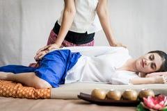 La donna sta ricevendo il massaggio del braccio in stazione termale tailandese Immagini Stock Libere da Diritti
