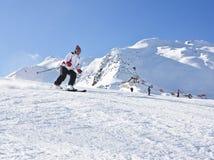 La donna sta sciando ad una stazione sciistica Fotografia Stock Libera da Diritti