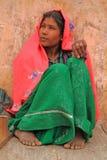 La donna sta sedendosi quasi Amer Fort a Jaipur, India Fotografia Stock Libera da Diritti