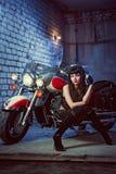 La donna sta sedendosi sul motociclo fotografia stock libera da diritti