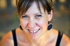 La donna sta sorridendo Fotografie Stock Libere da Diritti