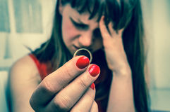 La donna sta tenendo la fede nuziale - concetto di divorzio fotografia stock libera da diritti