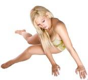 La donna sta trovandosi su un pavimento Fotografie Stock