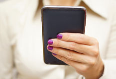 La donna sta utilizzando il telefono cellulare astuto Immagine Stock Libera da Diritti