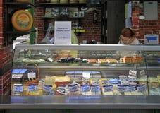 La donna sta vendendo il formaggio sul mercato di strada a Sofia immagine stock