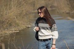 La donna sta vicino al fiume, fondo molle del fuoco Fotografie Stock Libere da Diritti