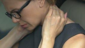 La donna stanca che massaggia il suo collo in automobile, si è preoccupata per i problemi personali, divorzio video d archivio