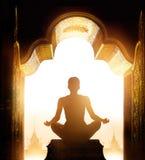 La donna stava meditando all'arco del santuario dell'oro di mattina fotografia stock libera da diritti
