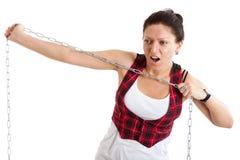 La donna strappa la catena d'acciaio Fotografia Stock Libera da Diritti